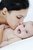 Madre e figlia che giocano felicemente sulla base bianca fotografia stock libera da diritti