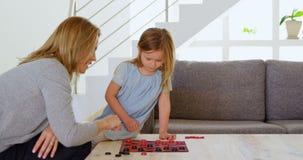 Madre e figlia che giocano gioco da tavolo sulla tavola 4k stock footage