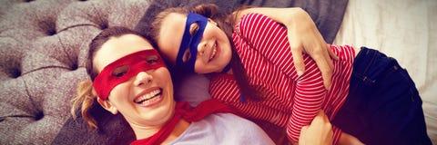 Madre e figlia che giocano gli eroi eccellenti Immagini Stock