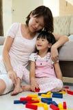 Madre e figlia che giocano i blocchi Fotografia Stock Libera da Diritti