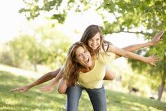 Madre e figlia che giocano nella sosta immagini stock libere da diritti