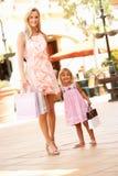 Madre e figlia che godono del viaggio di acquisto Immagini Stock Libere da Diritti