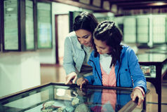 Madre e figlia che godono delle esposizioni medievali fotografie stock libere da diritti