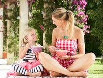 Madre e figlia che godono insieme della prima colazione Fotografia Stock Libera da Diritti