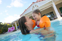 Madre e figlia che godono insieme nella piscina Fotografie Stock