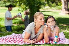 Madre e figlia che hanno divertimento Fotografie Stock Libere da Diritti