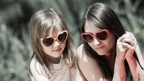 Madre e figlia che hanno picnic in parco Fotografia Stock Libera da Diritti
