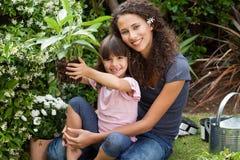 Madre e figlia che lavorano insieme Fotografia Stock Libera da Diritti