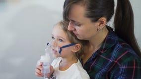 Madre e figlia che prendono terapia respiratoria archivi video