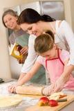 Madre e figlia che producono insieme il grafico a torta di mela Fotografie Stock Libere da Diritti