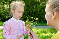 Madre e figlia che raccolgono i fiori Fotografia Stock Libera da Diritti