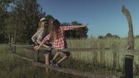 Madre e figlia che riposano in natura al tramonto stock footage