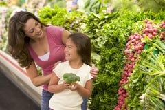 Madre e figlia che scelgono prodotti freschi Fotografia Stock