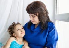 Madre e figlia che se lo esaminano Fotografia Stock Libera da Diritti