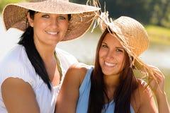 Madre e figlia che si distendono all'aperto estate teenager Fotografia Stock