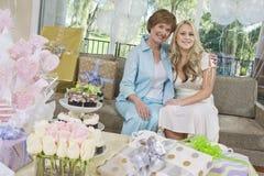 Madre e figlia che si siedono su Sofa At Hen Party Fotografie Stock