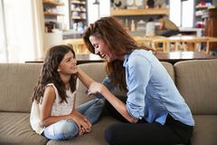 Madre e figlia che si siedono su Sofa Laughing Together Fotografia Stock Libera da Diritti