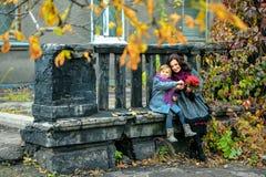 Madre e figlia che sorridono e che parlano in autunno Fotografia Stock Libera da Diritti