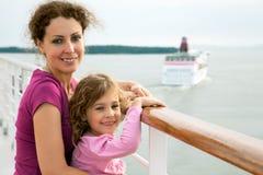 Madre e figlia che viaggiano sulla nave fotografia stock libera da diritti