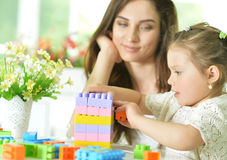 Madre e figlia con i blocchi di plastica Immagini Stock