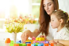 Madre e figlia con i blocchi di plastica Fotografia Stock Libera da Diritti
