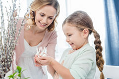 Madre e figlia con i coniglietti di pasqua Fotografie Stock Libere da Diritti