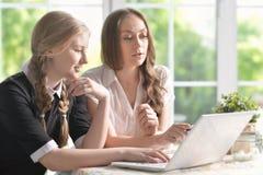 Madre e figlia con il computer portatile Immagini Stock Libere da Diritti