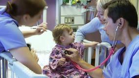 Madre e figlia con il personale in Ward Of Hospital pediatrico video d archivio