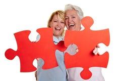 Madre e figlia con il puzzle Immagine Stock