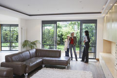 Madre e figlia con l'agente immobiliare In New Property Fotografie Stock Libere da Diritti