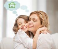 Madre e figlia con la casa di eco Fotografia Stock Libera da Diritti