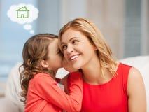 Madre e figlia con la casa di eco Fotografie Stock Libere da Diritti