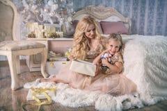 Madre e figlia con regali di Natale Fotografia Stock