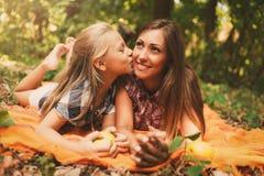 Madre e figlia di amore del beatwin fotografia stock