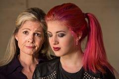 Madre e figlia di scuse fotografia stock libera da diritti
