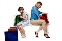 Madre e figlia felici con i sacchetti di acquisto Fotografia Stock Libera da Diritti