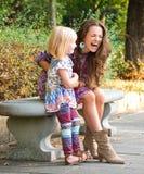 Madre e figlia felici divertendosi tempo al parco fotografia stock libera da diritti