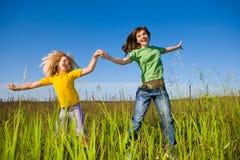 Madre e figlia felici sul campo Fotografie Stock