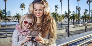Madre e figlia in foto di osservazione di Barcellona sulla macchina fotografica Fotografie Stock Libere da Diritti