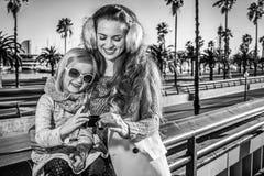 Madre e figlia in foto di osservazione di Barcellona sulla macchina fotografica Fotografia Stock Libera da Diritti