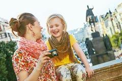 Madre e figlia in foto di osservazione di Praga sulla macchina fotografica Fotografie Stock Libere da Diritti