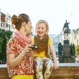 Madre e figlia in foto di osservazione di Praga sulla macchina fotografica Immagine Stock Libera da Diritti