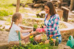 Madre e figlia in giardino immagine stock libera da diritti