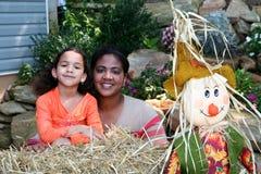 Madre e figlia a Halloween fotografia stock libera da diritti