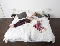 Madre e figlia a letto Fotografia Stock
