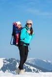Madre e figlia in montagne di inverno fotografia stock libera da diritti
