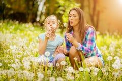 Madre e figlia in natura fotografie stock libere da diritti