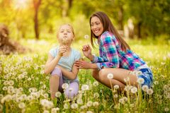 Madre e figlia in natura immagine stock