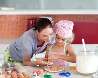 Madre e figlia nella cucina che ha divertimento Fotografia Stock