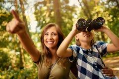 Madre e figlia nella foresta immagini stock libere da diritti